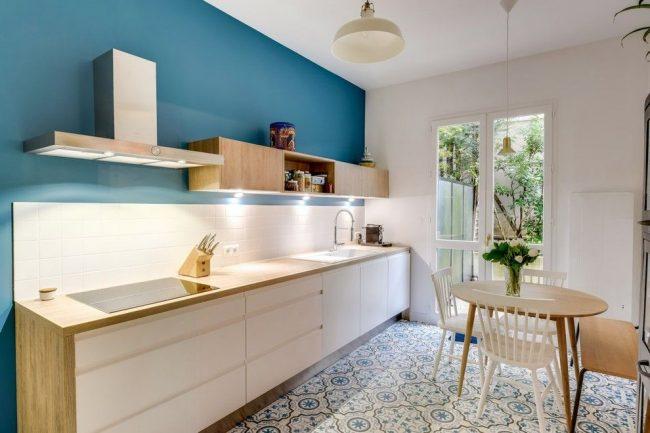 Бело-голубая кухня в скандинавском стиле