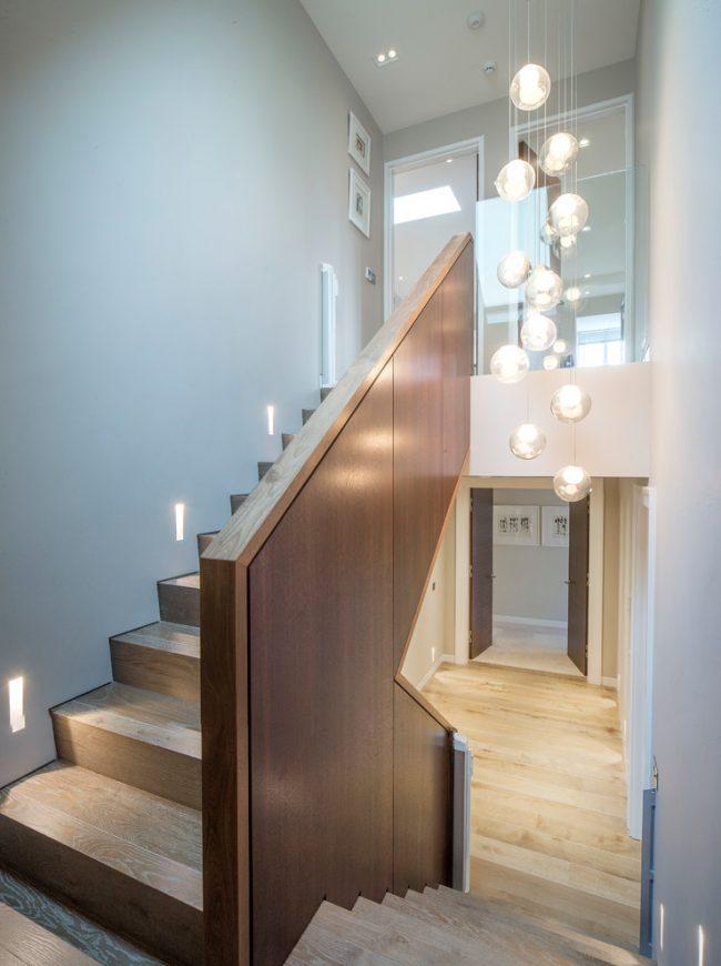Подсветка лестницы с автоматической системой включения, реагирующей на движение