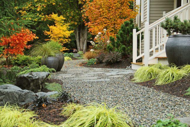 Создать уникальное и при этом красивое пространство рядом с вашим загородным домом не так сложно, как может показаться на первый взгляд