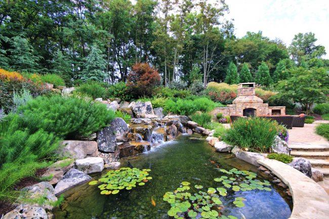Присутствие водоема на приусадебном участке добавляет пространству умиротворенного и расслабляющего настроя