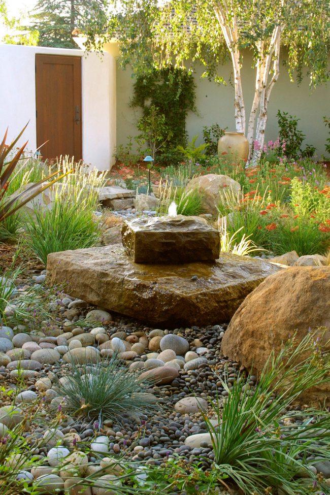 Небольшой декоративный фонтан придаст изюминку вашему саду