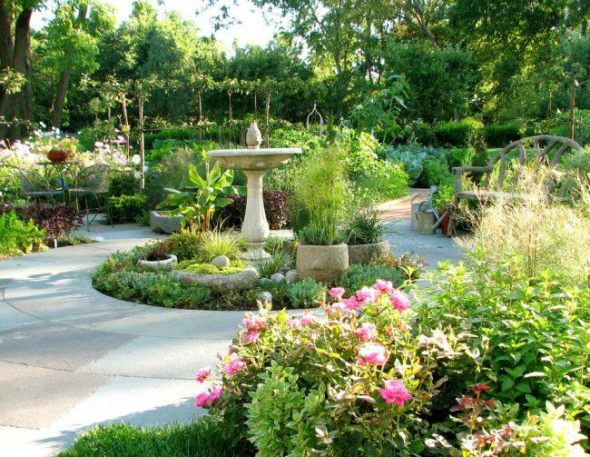 Декоративный фонтан в дизайне сада