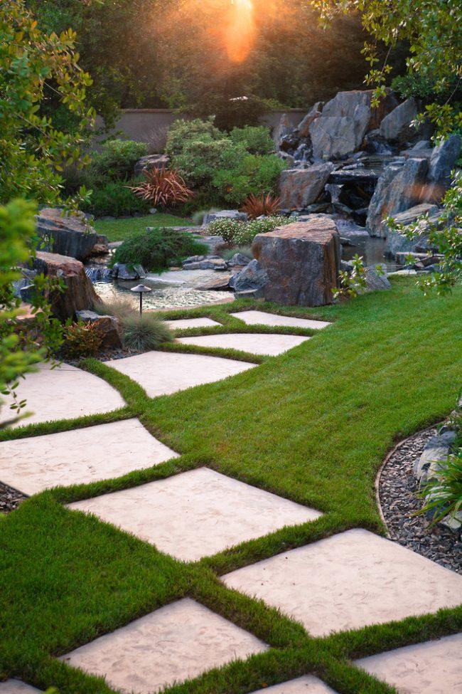 Для небольшого сада лучше не использовать прямые садовые дорожки