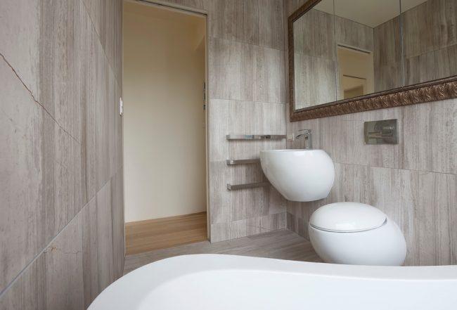 Плитка в отделке интерьера ванной комнаты наиболее популярна
