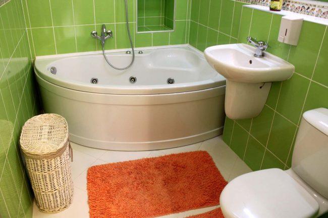Угловая ванна - отличный вариант для небольших комнат