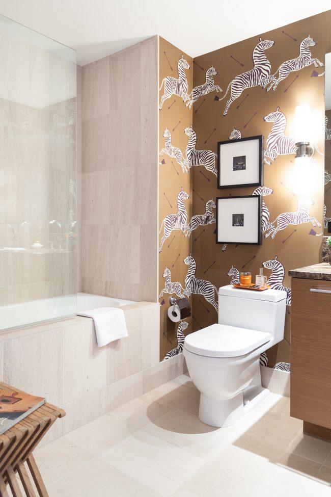 Дизайн ванной комнаты 3 кв. м: виниловые обои в отделке стен ванной