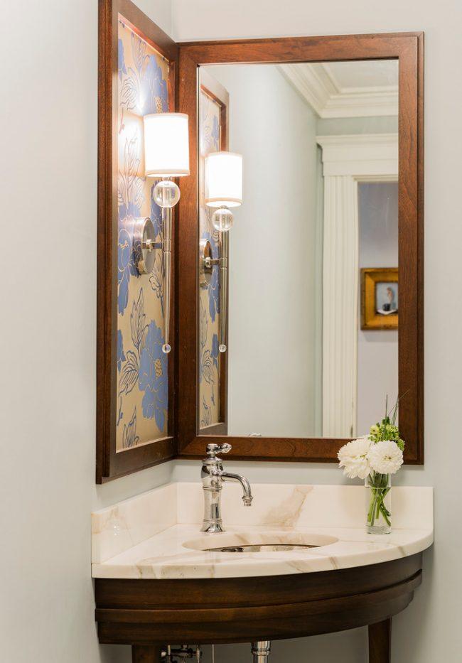 Угловая раковина прекрасно подойдет для интерьера маленькой ванной