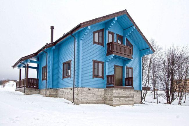 Ярко-голубой деревянный дом из клееного бруса