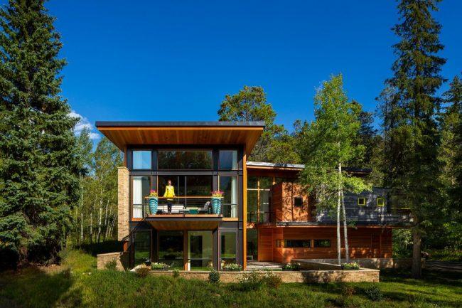 Деревянный дом из клееного бруса со стеклянным фасадом