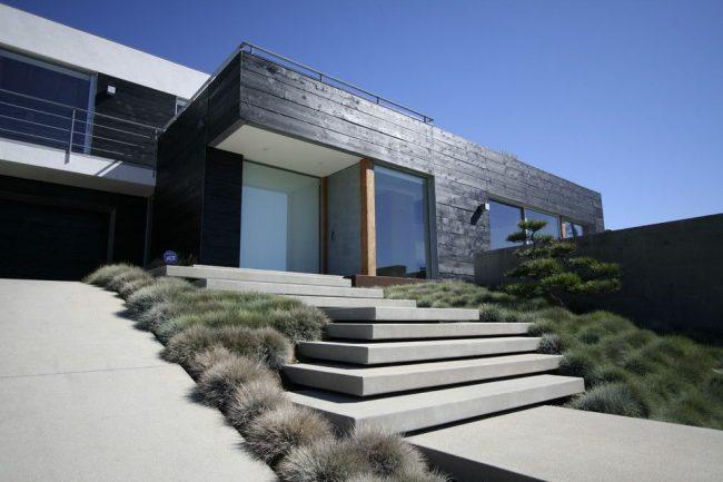 Стильный двухэтажный дом из клееного бруса, окрашенного в черный цвет