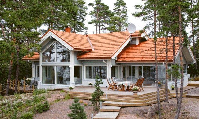 Светлый и яркий брусчатый дом с небольшой террасой
