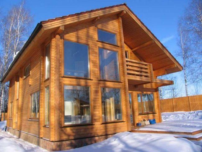 Двухэтажный дом из профилированного бруса с небольшим балконом