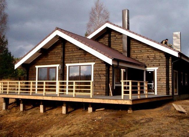 Жилой одноэтажный дом из профилированного бруса с небольшой террасой