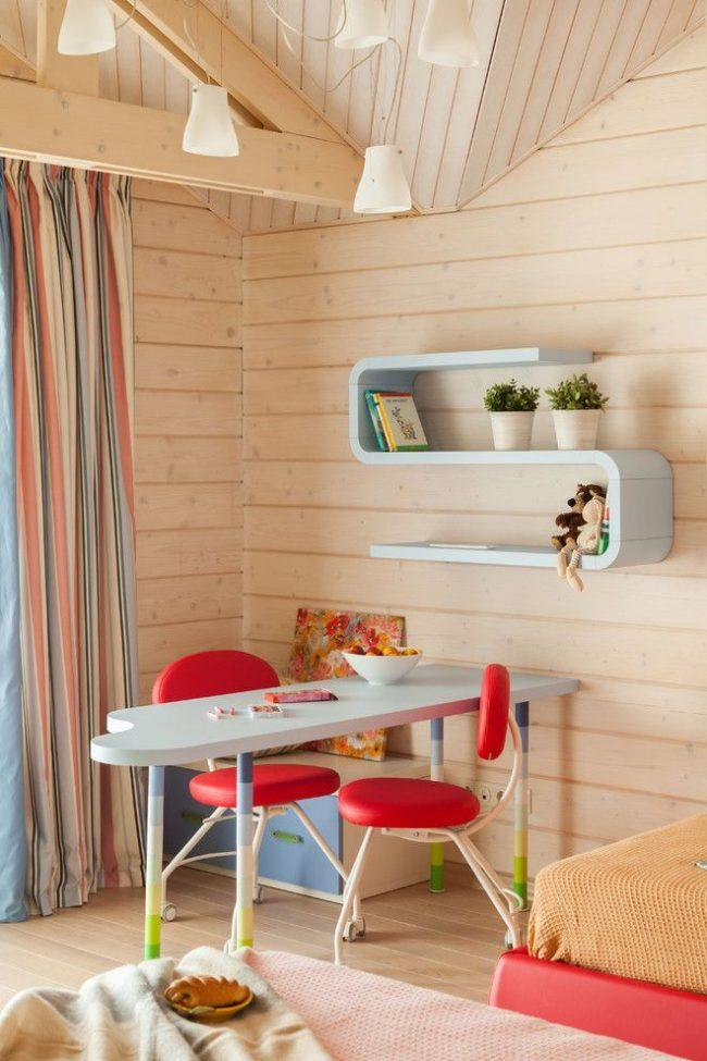 Скандинавский стиль хорошо смотрится со светлым деревом и яркими элементами мебели