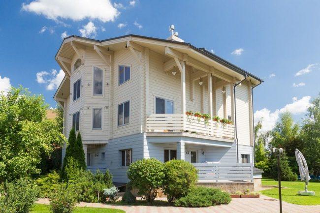 Большой семейный дом из светлого бруса с эркером