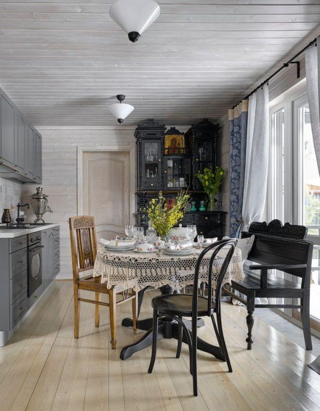 Кухня частного дома из бруса, расположенная на первом этаже
