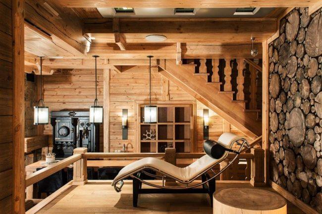 Современный интерьер частного дома с обилием деревянной отделки