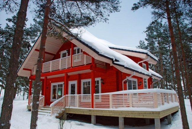 Двухэтажный финский дом из бруса яркого цвета