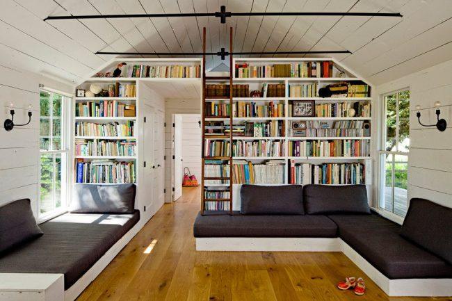 Светлая гостиная частного брусчатого дома в скандинавском стиле