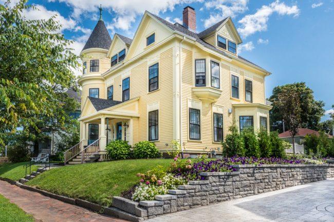Кремовый цвет в оформлении загородного особняка с мансардным этажом