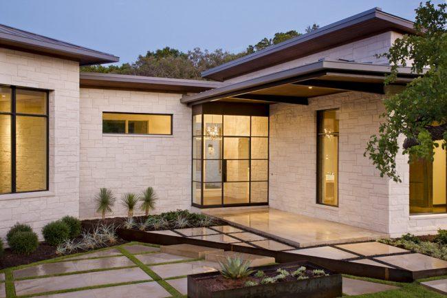 Одноэтажный загородный дом с отделкой под белый камень