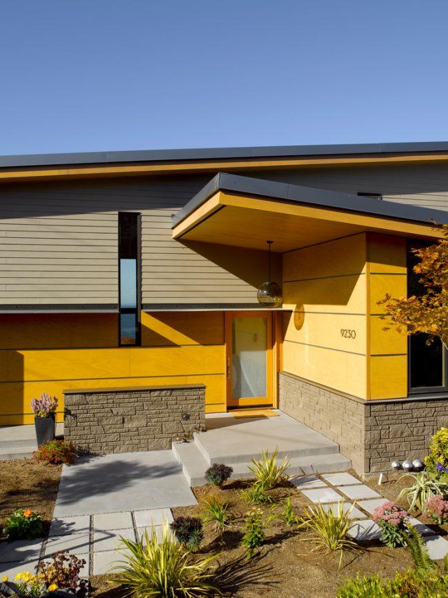 Эффектное сочетание серого и желтого в дизайне фасада частного дома