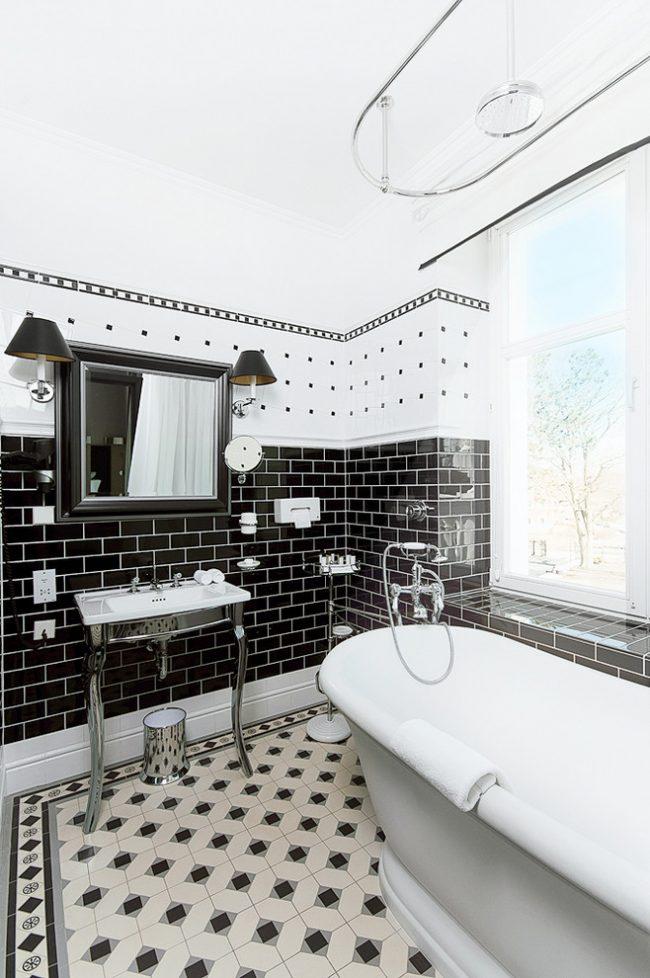 Овальный карниз для шторы в интерьере ванной скандинавского стиля