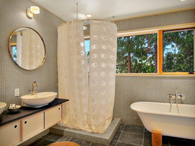 Просторная ванная комната в стиле модерн