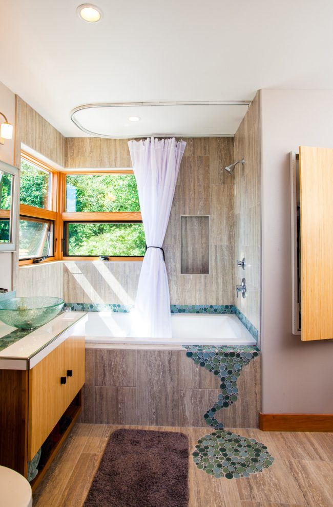 Мозаика в отделке небольшой ванной комнаты стиля модерн