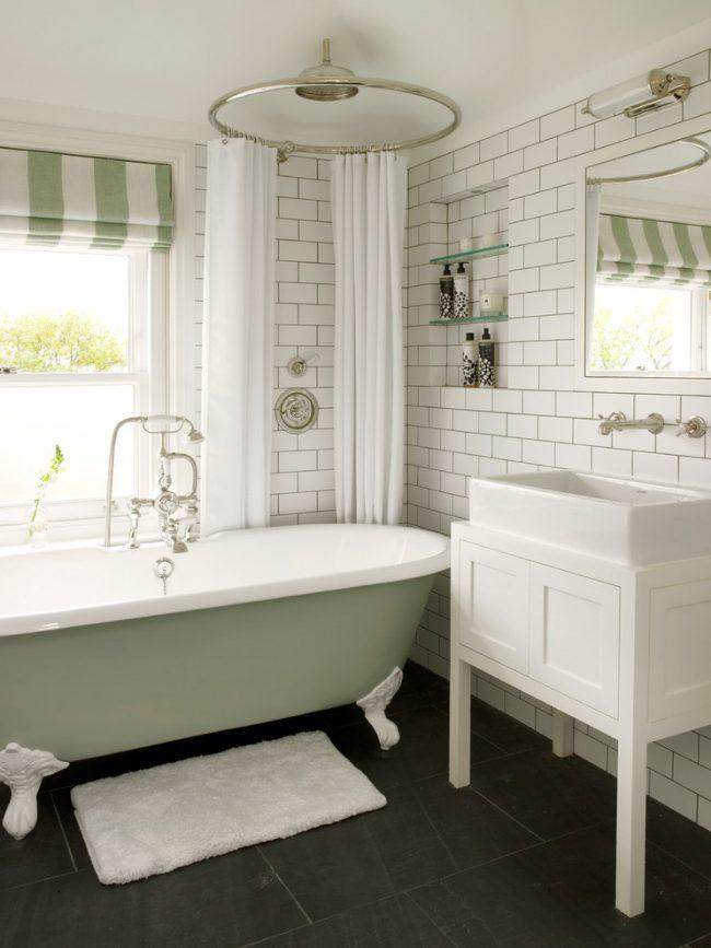 Уютная ванная комната в светлых тонах