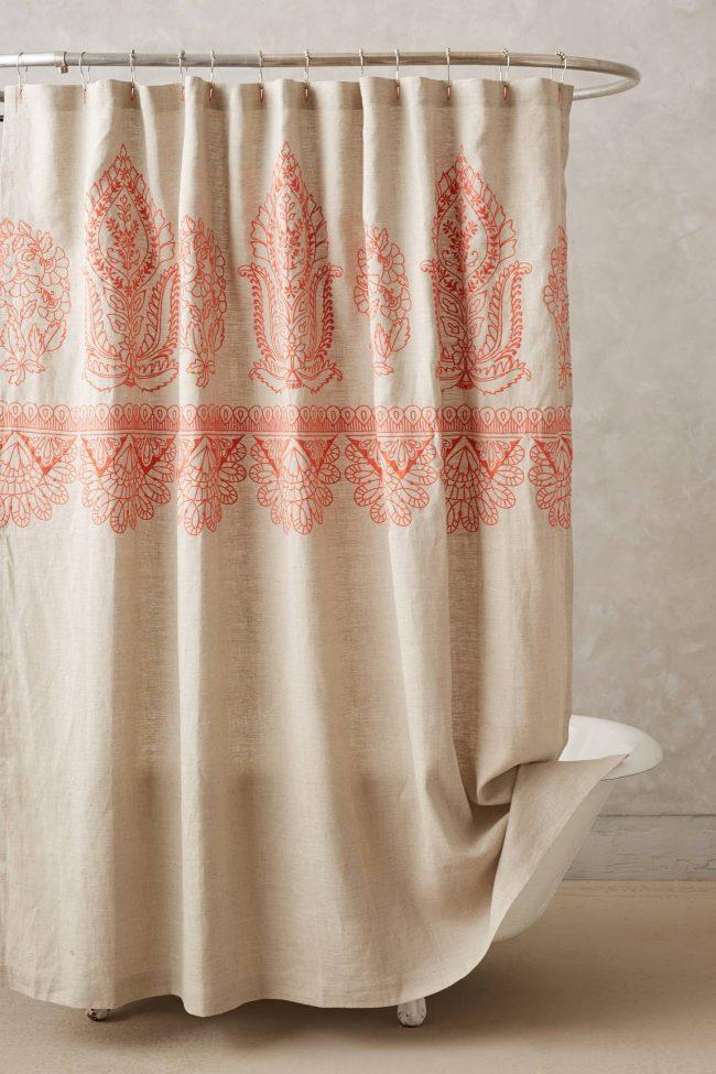 Овальный карниз с шикарной шторой станет прекрасным элементом декора вашей ванной комнаты