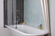 Фото 39 Угловой карниз для ванны: особенности выбора и 75+ функциональных и стильных воплощений