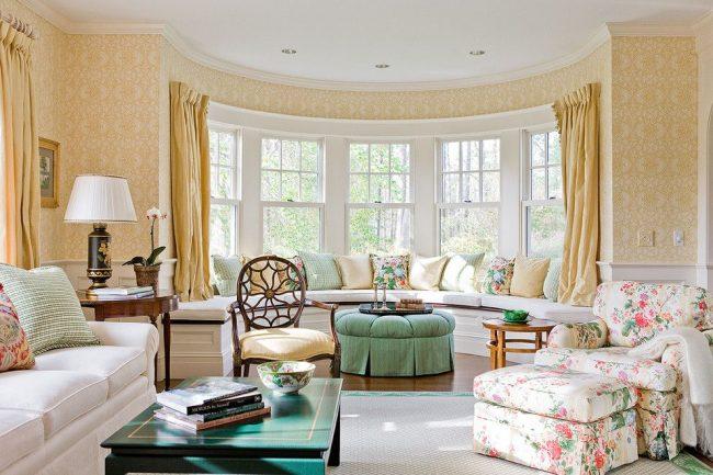 Классическая гостиная с деревянным и пластиковым карнизом