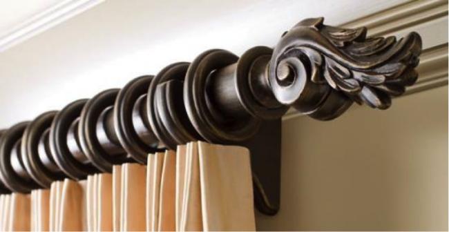 Деревянный круглый карниз с креплением штор на кольцах