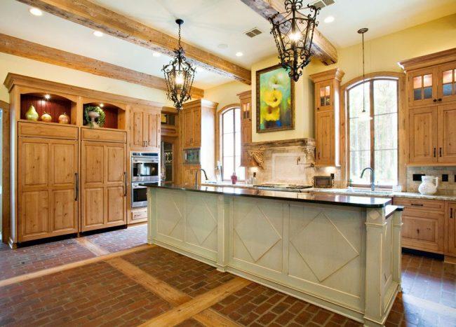 На кухне в стиле кантри хорошо будет смотреться картина с рисованными цветами