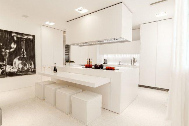 Модульная черно-белая картина на минималистичной белой кухне