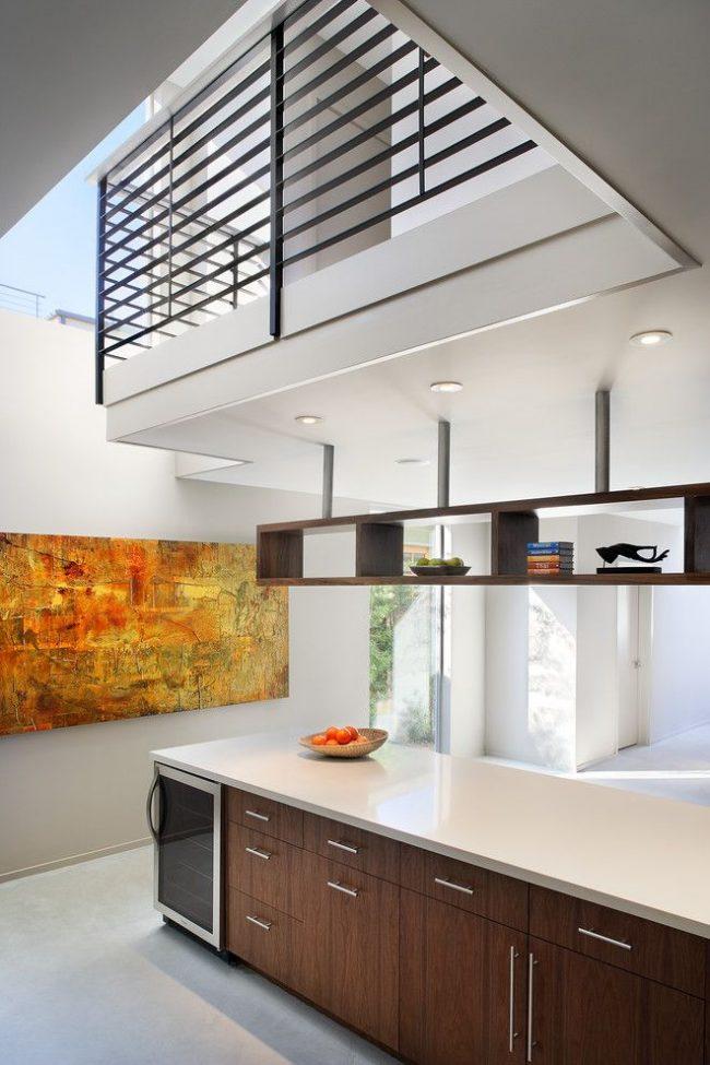 Яркая абстрактная картина большого размера на кухне в стиле модерн