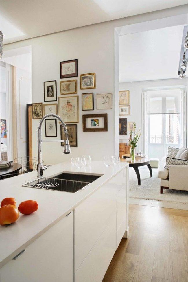 Множество маленьких картинок как вариант украшения стены в кухне