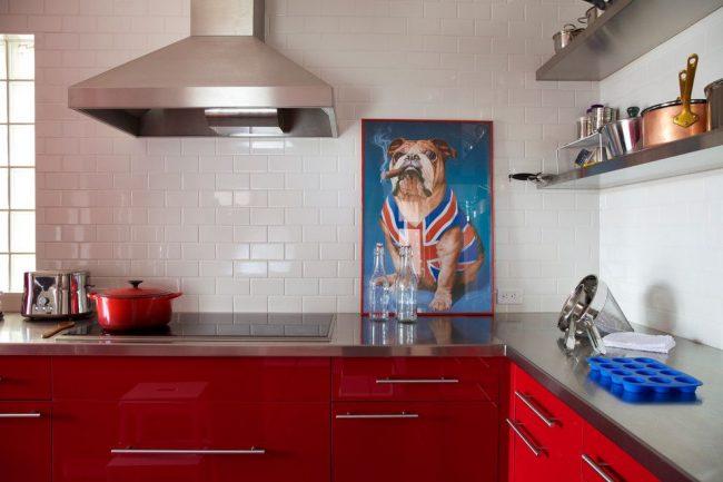 Симпатичная яркая картина пса на бело-красной современной кухне