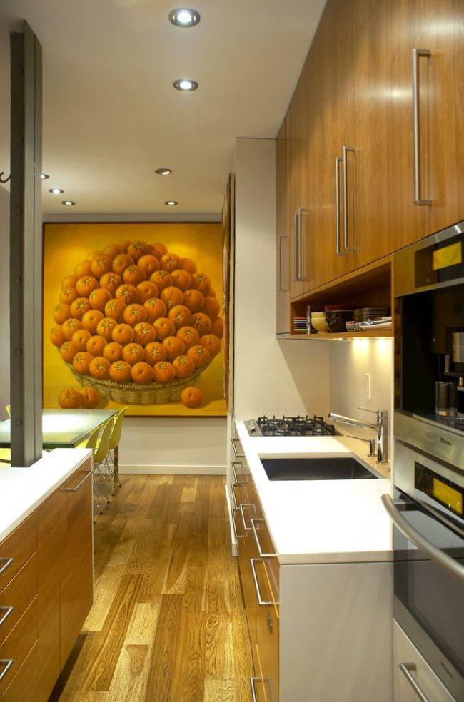 Масштабная картина с мандаринами хорошо вписалась в интерьер современной кухни