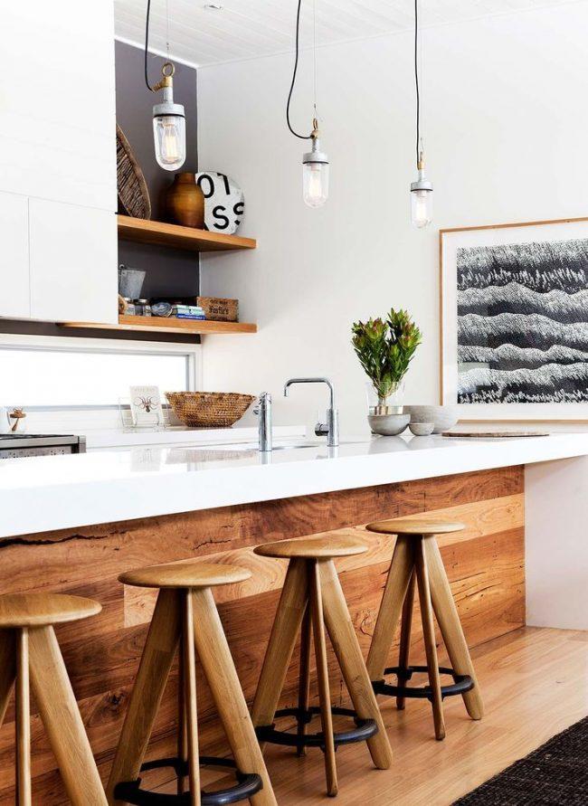 Стильная кухня в скандинавском стиле с крупной черно-белой картиной