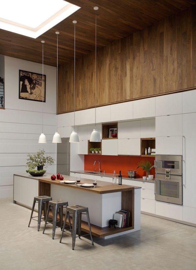 Небольшая картина в тон кухни, расположенная под потолком