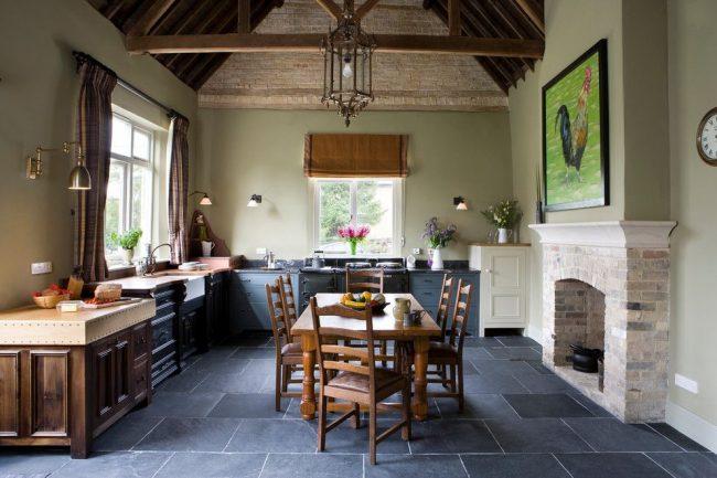 Рисованный петух на картине в кухне стиля кантри