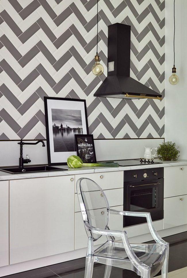 Современную черно-белаую кухню в скандинавском стиле дополнят стильные фото в черных рамках