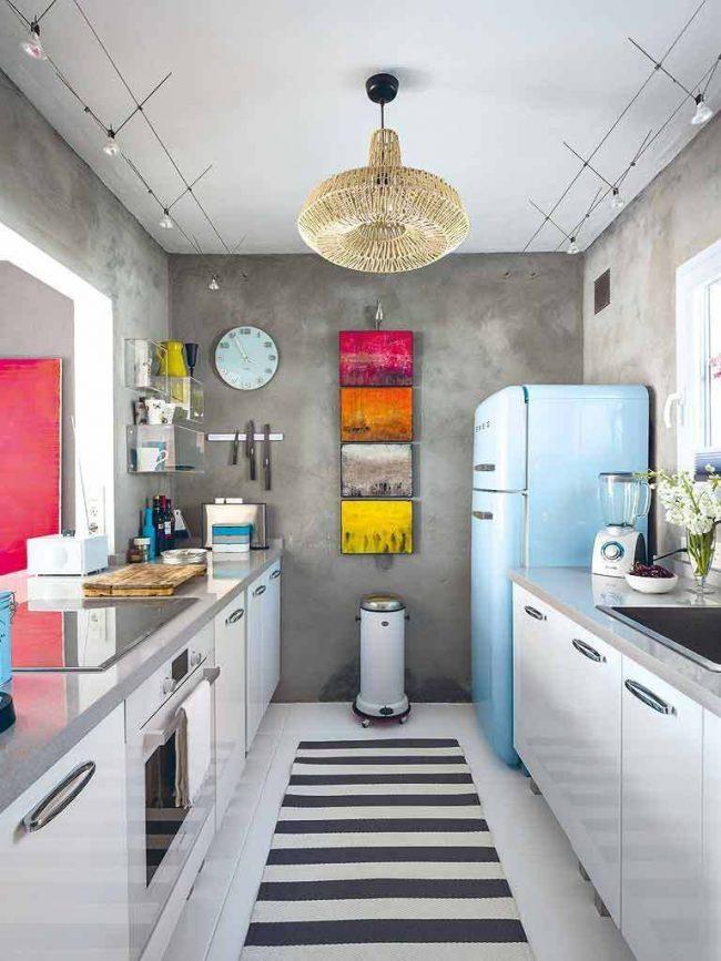 Серая кухня в эклектичном стиле с небольшими разноцветными картинами одинакового размера