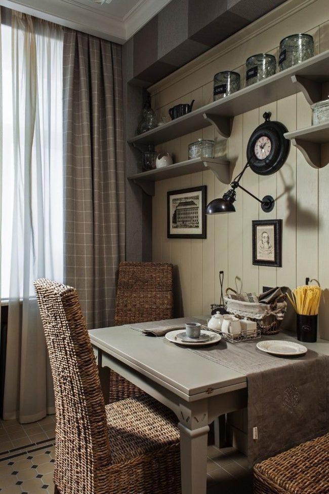 Уютная обеденная зона на кухне с маленькими черно-белыми картинками