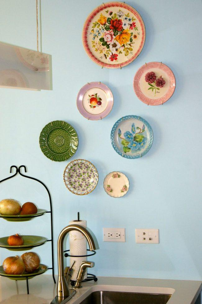 Яркие расписные тарелки украсят кухню в прованском стиле