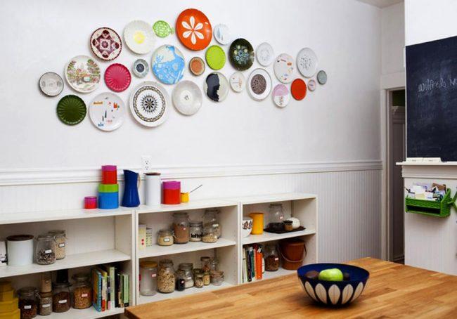 Разнообразные цветные тарелки на стене кухни подойдут и для кухни в эклектичном стиле