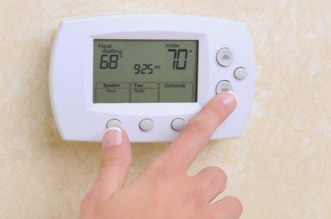 Электронный термостат контролирует температуру воздуха с помощью одного или нескольких датчиков, чем сделает работу вашего обогревателя экономичнее
