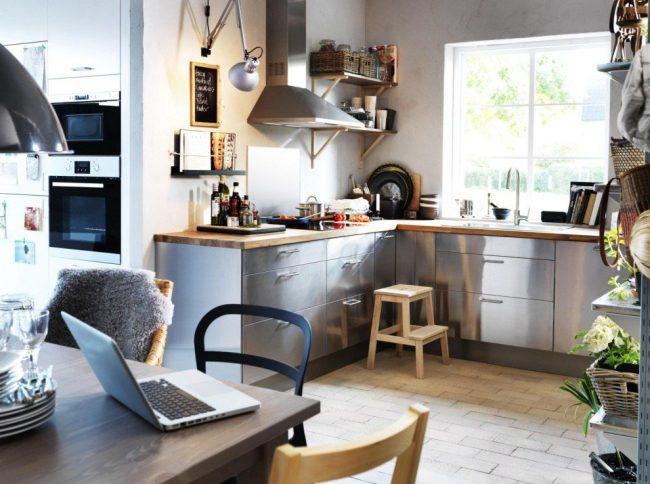 Г-образная кухня IKEA в скандинавском стиле